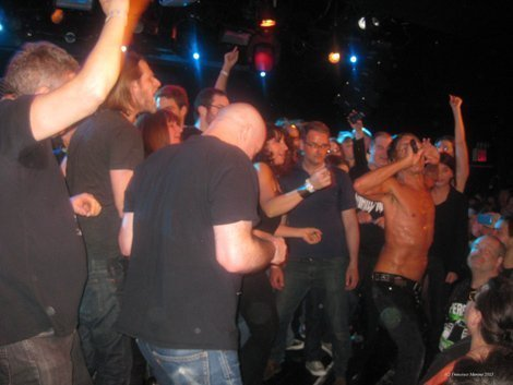 iggy-pop-stooges-lpr-nyc-crowd-on-stage-2013