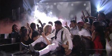 miguel-adorns-two-fans-during-stage-leap-billboard-awards