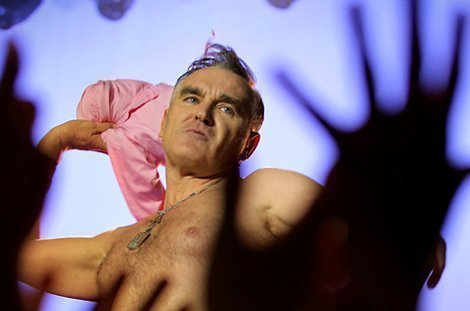 morrissey-live-los-angles-shirtless-throwing