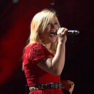 "image for article ""Tie It Up"" - Kelly Clarkson [YouTube CMA Festival Live]"