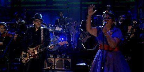 cinco-minutos-con-vos-and-wise-up-ghost-elvis-costello-and-the-roots-fallon-live-performance-2