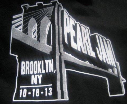 Pearl-Jam-Brooklyn-tour-Lightning-Bolt-shirt-2013
