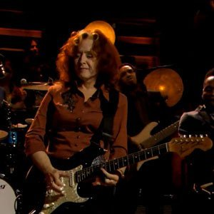 "image for article ""Love Sneakin' Up on You"" - Bonnie Raitt on Jimmy Fallon 11.18.2013 [Video]"