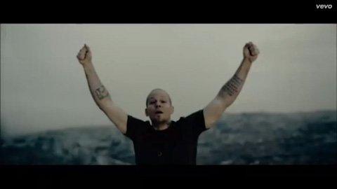 calle-13-multi-viral-julian-assange-tom-morello-vevo-official-music-video-2013