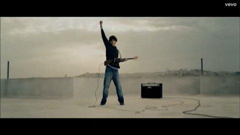 calle-13-multi-viral-kid-gun-guitar-julian-assange-tom-morello-vevo-official-music-video-2013
