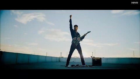 calle-13-multi-viral-tom-morello-guitar-julian-assange-vevo-official-music-video-2013