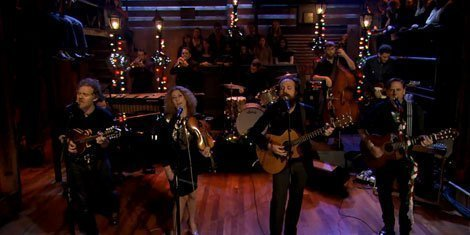 "image for article ""Fairytale of New York"" - Iron & Wine, Glen Hansard, Kathleen Edwards, & Calexico (Pogues Cover) on Jimmy Fallon [Video]"