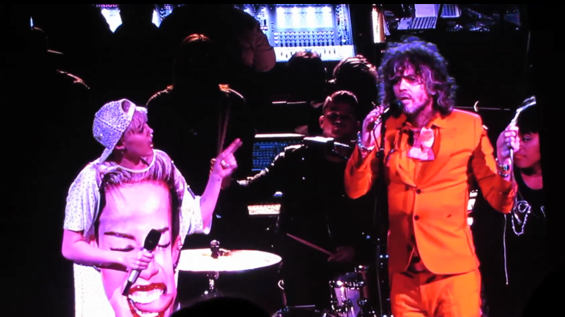 Miley-Cyrus-Flaming-Lips-Ypshimi-battles-the-pink-robots-part-1-video