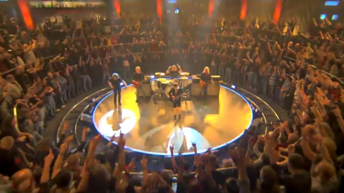 acdc-rock-or-bust-music-video-fans-stage