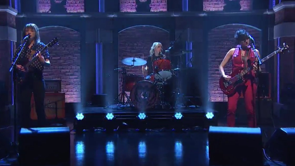 "image for article ""I Don't Wanna Lose"" & ""Hot And Cold"" - Ex Hex on Late Night With Seth Myers 11.12.2014 [NBC Videos + Lyrics]"