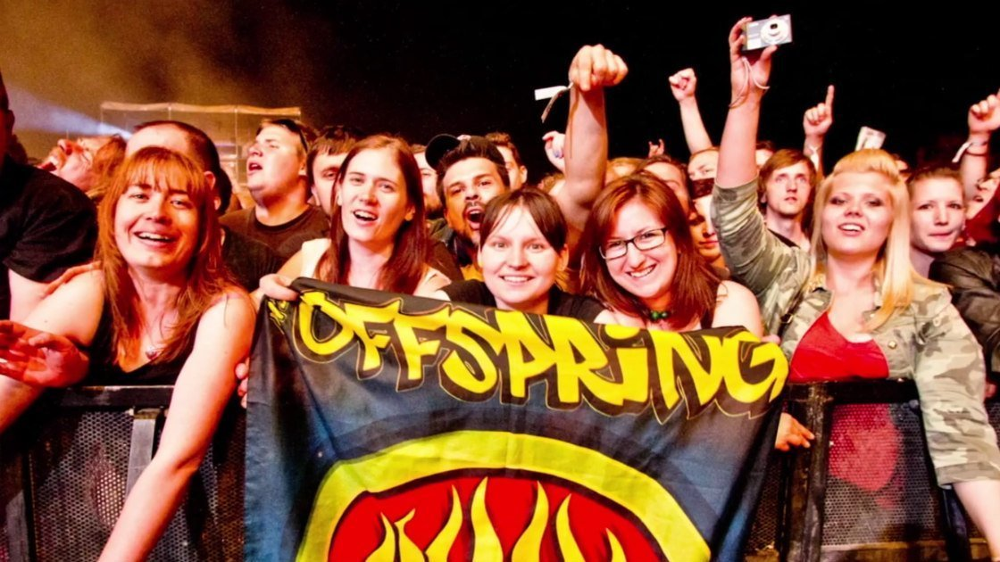 the-offspring-coming-for-you-music-video-crowd