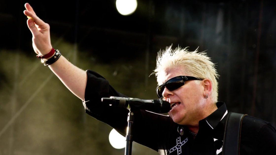 the-offspring-dexter-holland-singing-coming-for-you-music-video
