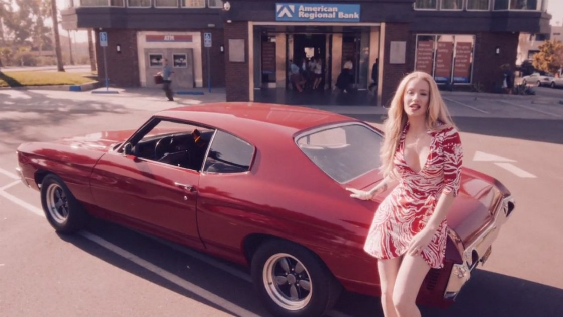 iggy-azalea-trouble-music-video-car-bank