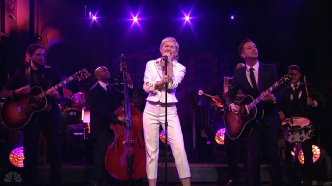miley-cyrus-singing-band-snl-2015-red-rose-suit