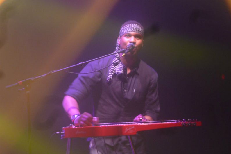 robert-randolph-singing-playing-2015
